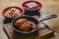 Faszerowane gołąbki bez zawijania w piekarniku w sosie paprykowo-pomidorowym