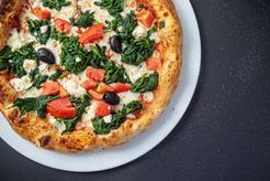 Pizza ze szpinakiem, kurczakiem, serem żółtym i pomidorkami