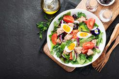 Sałatka z tuńczykiem i jajkiem