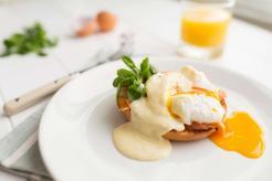 Jajka po benedyktyńsku z sosem chrzanowym