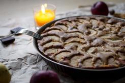 Ciasto z fasoli z gruszką, jabłkiem i orzechami z polewą z białej czekolady