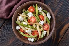 Sałatka z fasolki szparagowej, sera feta i pomidorków