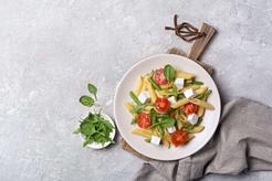 Makaron z fasolką szparagową, pomidorami suszonymi i serem feta