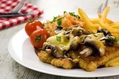 Kotlet schabowy zapiekany z serem i pieczarkami, ziemniaki oraz sałatka wiosenna