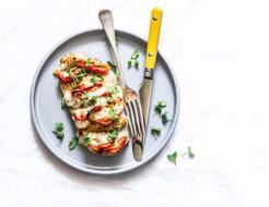 Pierś z kurczaka z serem mozzarella, suszonymi pomidorami z ryżem curry i surówką z sosem vinegret