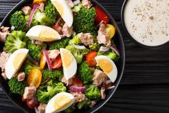 Sałatka z brokułami jajkiem i pomidorem