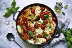 Pomidorowa zapiekanka makaronowa z szynką, suszonymi pomidorami i mozzarellą