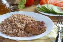 Kotleciki mielone z combra jagnięcego nadziewane mozzarellą w towarzystwie kaszy gryczanej oraz surówką z kapusty kiszonej