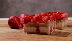 Ciasto biszkoptowe z bitą śmietaną, musem truskawkowym i galaretką
