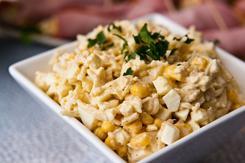 Sałatka z kukurydzą, selerem konserwowym i jajkiem