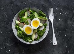 Sałatka z jarmużu z jajkiem