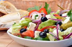 Sałatka grecka z sałatą lodową