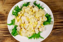 Sałatka z wędzonym kurczakiem i ananasem