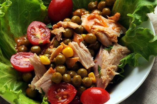 proste sałatki z tuńczykiem